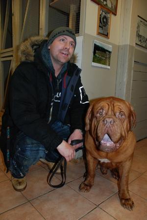 Johnny Gustavsson låter sin hund simma för träningens skull.