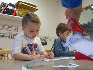 Djup koncentration när Milo och Emilio målar.