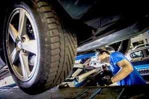 Bilmekaniker är ett av flera bristyrken.