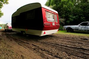 Regnskurar och många fordon resulterade snabbt i lera där den här husvagnen kämpade för att komma loss.