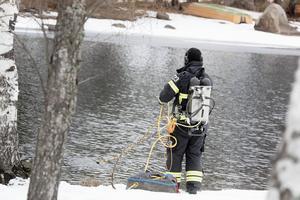 Räddningstjänsten Dala Mitt övar dykning i Varpan i Falun.