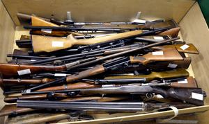 I en av lådorna ligger det bland annat ett gevär från tidigt 1900-tal.