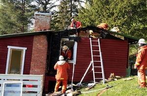 Fritidshuset fick skador i tak och ena ytterväggen.