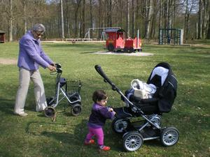 Lilla Linnea håller på att lära sig gå, nästan 13 månader. Gammle farmor är 85 år och blir omkörd.