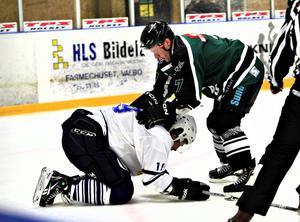 Mathias Strand som många är vana att se honom – i en hockeyrink iklädd Hoforströjan. Här trycks han ner av en Valbospelare i en match 2011.