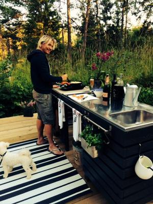 Sverker tillagar stolt middag första gången vid sitt utekök som han gjort själv och som blev sommarens roliga projekt.