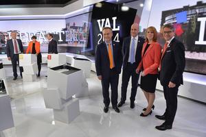 Partiledarna poserar i anslutning till TV4:s stora valdebatt på torsdagen.