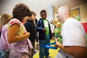 Undersköteskan Gabriel Lärkefjord gjorde ballongfigurer till barnen, något som han lärt sig kvällen innan från You Tube.