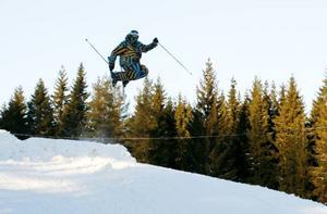 """INTRÄNAT. En lycklig Pär Brandström gjorde svåra trick på skidorna när Hoforsbacken hade säsongspremiär. """"Det är det bästa som finns på vintern. Jag är uppväxt här uppe och det här är mitt andra hem"""", säger han."""