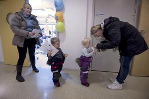 Dubbelt kul. Tvillingarna Victor och Melinda, 2,5 år, hade roligt med mamma Madelene och mormor Kristina.