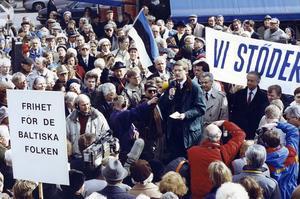 Moderatledaren Carl Bildt talar vid ett måndagsmöte på Norrmalmstorg  till stöd för de baltiska staterna i mars 1990, då var friheten ännu avlägsen. Totalt hölls sjuttionio offentliga opinionsmöten.