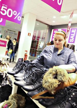 Vet vad kunderna vill ha. Elin Ullström servade kunder som var ute efter både finare nyårsskor och rejäla vinterskor.