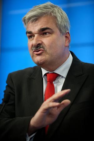 Slank hit och dit. Socialdemokraternas ledare Håkan Juholt på presskonferensen om det senaste Libyenutspelet.