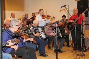 Hyllningsbandet växte till storlek som en symfoniorkester. Musiker från Hälsinglands och Medelpads alla hörn spelade ihop sig i Gnarp.
