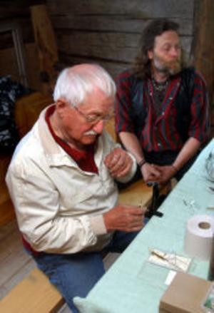 Arne Berg från Kölsillre ska prova fiskelyckan med sin fluga och hoppas att det fastnar en harr eller öring på den.