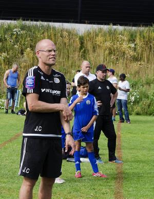 Joel Cedergren tränar inte bara A-laget. Han hinner även med att träna pojklaget med spelare födda 2004.