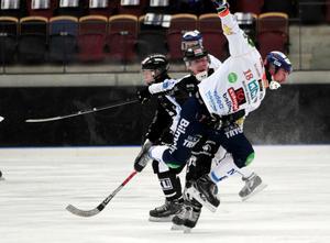 Tuff duell mellan Sandvikens Daniel Berlin och Bollnäs Anders Spinnars.