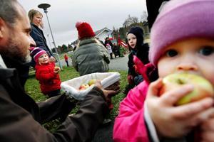 Barn- och utbildningsnämndens ordförande, Björn Sandal (S), bjöd alla barn på äpplen när den nya förskoleavdelningen Trollåsen i Fåker invigdes. Foto: Henrik Flygare
