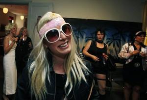 –Nu ska vi ha trevligt, säger Elisabet Larsson som klätt ut sig till Paris Hilton.