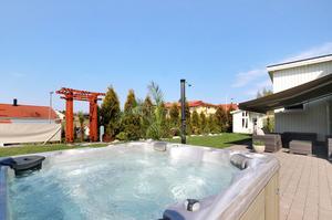 Villan på Periskopvägen 8 har ett eget spa utomhus.