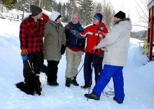 Andrew Herbert filmar och Marlene Sundin sköter micken i ett avsnitt med några nyinflyttade ortsbor i Östbyn - Masjut och Peter Svanström