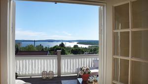 Magisk utsikt från balkongen på ovanvåningen. På sommaren är detta en favoritplats för Lilian, som gärna slappar med en inredningstidning i solbädden eller med ett glas gott i loungegruppen.
