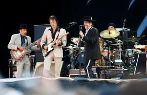 2011. Bob Dylan dansar och ler på scenen.