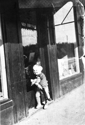 Cirka 1944 togs den här charmiga bilden.