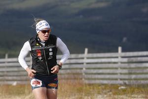 Ida Ingemarsdotter på väg upp mot Hovdetoppen. Hon var först i mål av damerna på 11 kilometer.