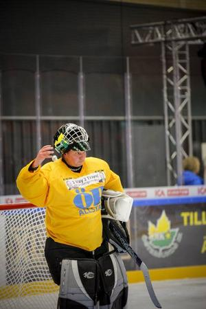 Mikael Nilsson, målvakt i ÖP All Stars, var en av isens bästa aktörer och räddade många skott.