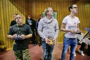 Andreas Andersson, Micke Gunnarsson och André Slaviero är fullt koncentrerade för att inte tappa kontrollen över sina flygplan.
