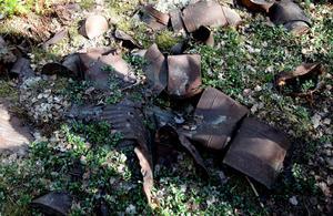 Skräpet ligger kvar än i skogen i Årsunda och är nu rejält sönderrostat.