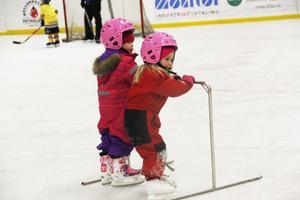 3. Det är absolut första gången som 3-åringarna Agnes Haglund och Stina Lönn åker skridskor.