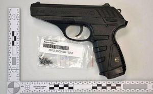 Med kolsyrepistolen sköts flera skott mot 21-åringen.