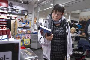 """Står på önskelistan. Lena Zetterholm önskar sig boken om kungen i julklapp. """"Det är spännande att få läsa och bilda sig en egen uppfattning."""""""