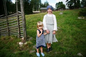 Elna Davidsson, 4 år, och Felicia Jonsson, 10 år, var små fäbodjäntor under fredagen. Här är de på väg upp till Hagavallen och Skomakravallen.