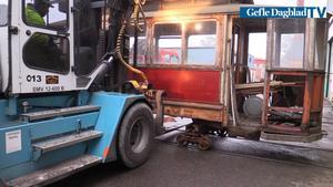 Att lyfta spårvagnarna med truck var inte helt okomplicerat.