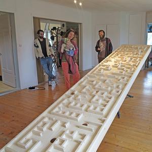 Ahmad Zolfagharian, Susanna Serander med Oona och Marcus Harrling bakom Ahmad Zolfagharians installation Step in Twice.