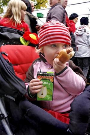 HUNGRIG. Elvira Elenäs, 2, smaskar på en korv och festis.