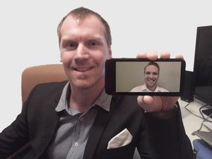 Andreas Larsson har med hjälp av Visiba Cares eget videosystem ringt upp kollegan Mike Blixt.