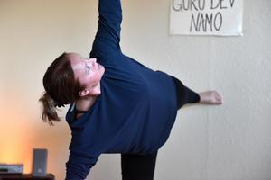 Katarina Ljungberg Frisk menar att alla kan börja med yoga. Ju stelare du är desto större anledning att mjuka upp lederna.