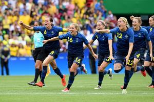 Stort svenskt segerjubel efter straffläggningen mot Brasilien.