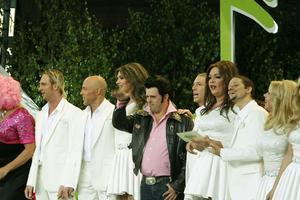 Toralf Nilsson ställde sig mitt bland dragshowartisterna i After Dark när det var dags att sjunga programmets avslutande sång