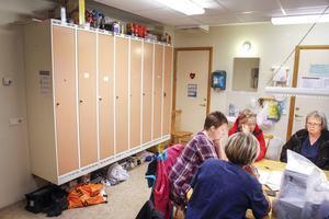 Personalen ryms knappt samtidigt i rummet, och maten får de exempelvis förvara ovanpå omklädningsskåpen.