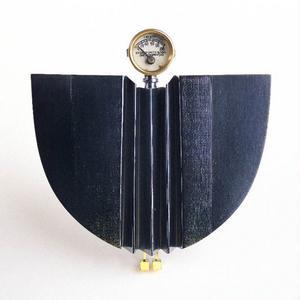 Pappas små instrument återkommer i Kertins smycken, här som fågelhuvud.