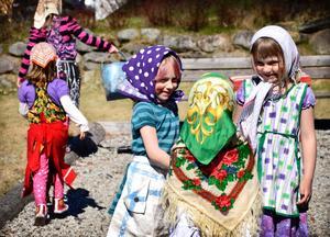 Kärringmöte. Utklädda har de strålat samman vid sockenstugan i Grythyttan för att snart ge sig ut på parad. Isabella och Matilda Holm pratar med Nea Nordberg.
