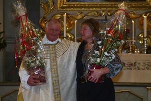 Prästen Anders Sundquist och musikledaren Evy Jonsson avtackades under gårdagens högmässa i Timrå kyrka med tal och blommor från kyrkorådet.