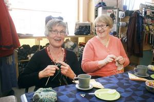 Anna-Lisa Lindberg och Anita Svensson säger att de stickat sedan 1950-talet - det förstår man, när man ser hastigheten på strump- och rundstickor.