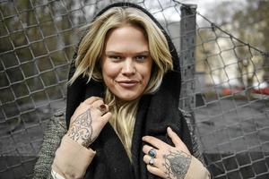 Programledaren och musikern Julia Frej fyller 30 år.
