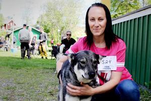 Linnea Nilsson från Edsbyn tävlar för första gången, här tillsammans med hunden Ängla